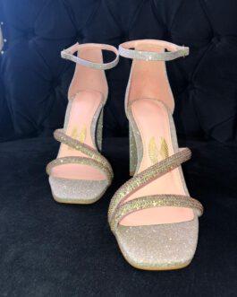Sandália dourada bico quadrado.