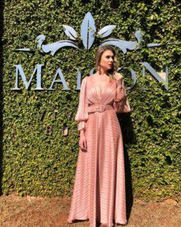Vestido de festa longo, de saia fluida e com manga longa com recorte, para madrinhas, mãe de noivo (a) e convidadas.