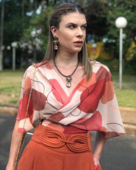 Blusa transpassada com estampas geométricas cropped