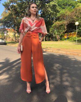 Calça pantacourt assimétrica com fenda na lateral detalhe na cintura