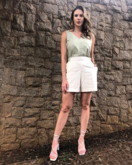 Conjunto de linho liso sendo blusa com detalhes na alça e shorts com elástico no cós