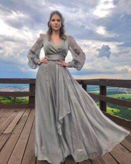Vestido de festa longo de organza fluido com manga longa, decote transpassado e cintura marcada para madrinhas, mãe de noiva (o) e convidadas.