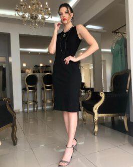 Vestido midi preto canelado com mini fenda lateral