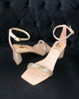 Sandália rose tira de strass bico quadrado e salto médio bloco.