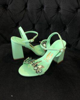 Sandália verde aplicação de borboletas e salto grosso.